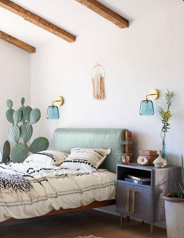 deco vegetale cactus plat lit bois avec linge de lit azteque table de nuit meuble gris murs blancs