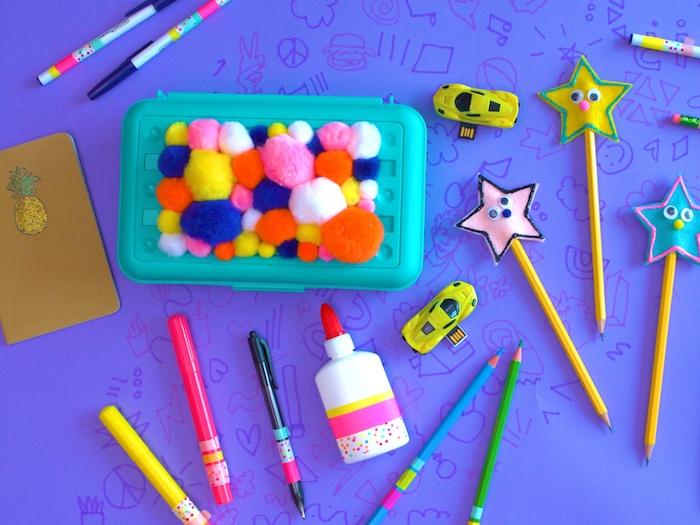 decoration boite de nourriture décorée de pompons et des crayons en couleurs décorés d étoiles en feutrine activité manuelle facile 3 5 ans