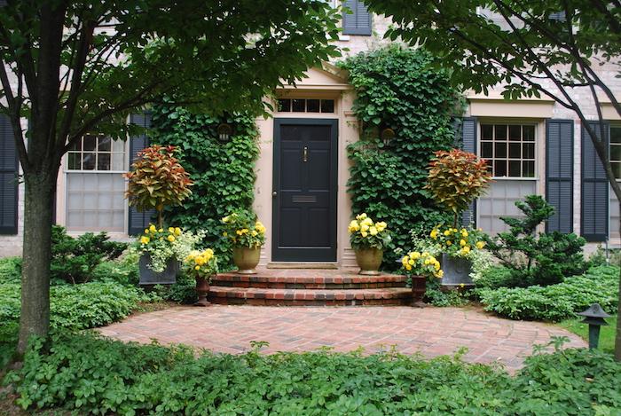 decoration entree maison exterieur grande maison avec porte noir et beau jardin
