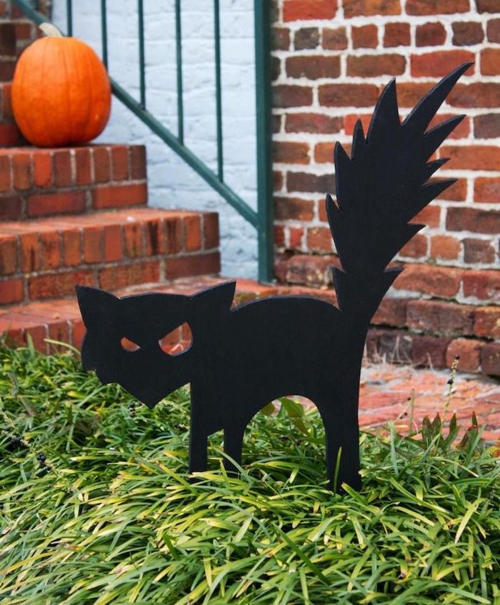 decoration halloween maison chat découpé au gabarit dans papier mousse de couleur noire