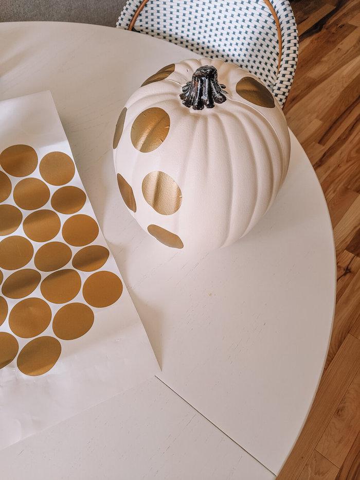 decoration hallwoeen maison entrée citrouille repeinte de blanc et décoré stickers polka dot dorés