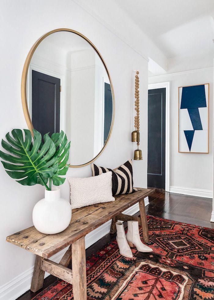 decoration stye rustique table en bois tapis rouge sur plancher sombre grand miroir