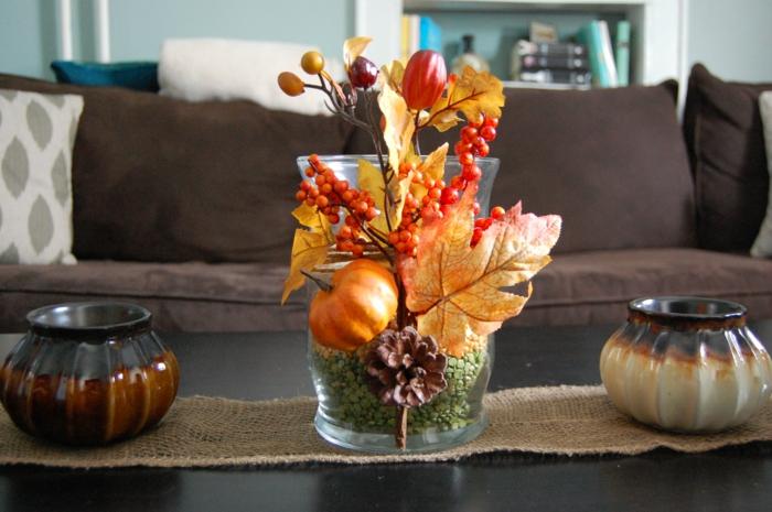 decorer la table tasse de salon fleurs et feilles oranges vase en verre deco table d automne deco de table d automne a faire soi meme