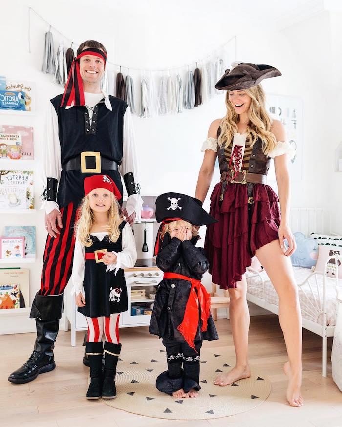 deguisement casa del papel famille deguise comme pirates pere mere et deux enfants avec chapeaux et bottes