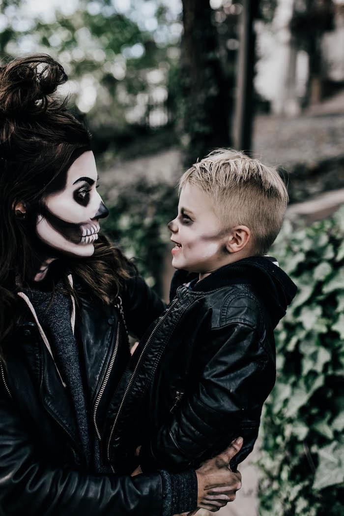 deguisement couple drole maquillage effrayant des vetements noirs maquillage squelette mere et fils devant un batiment et lierres