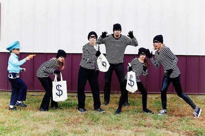 deguisement de famille comme voleurs des blouses en raies noirs et blanc des masques aux yeux et pantalons noirs costume policier