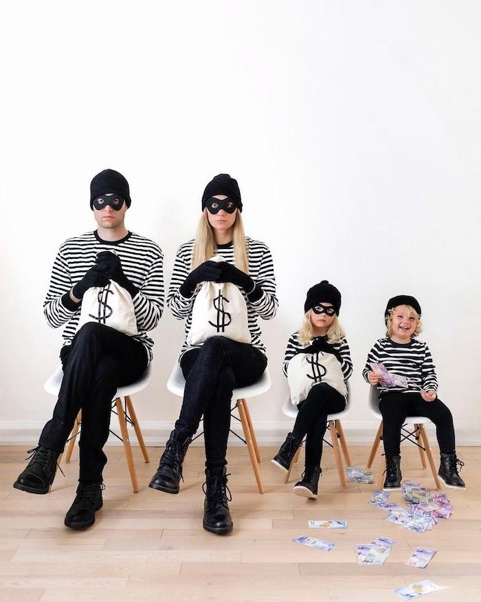deguisement de famille comme voleurs des blouses en raies noirs et blanc des masques aux yeux et pantalons noirs