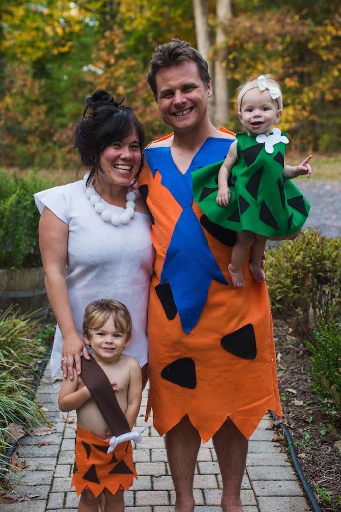 deguisement de famille flintstone diy des costumes faites maison robe blanche et colier femme avec chignon