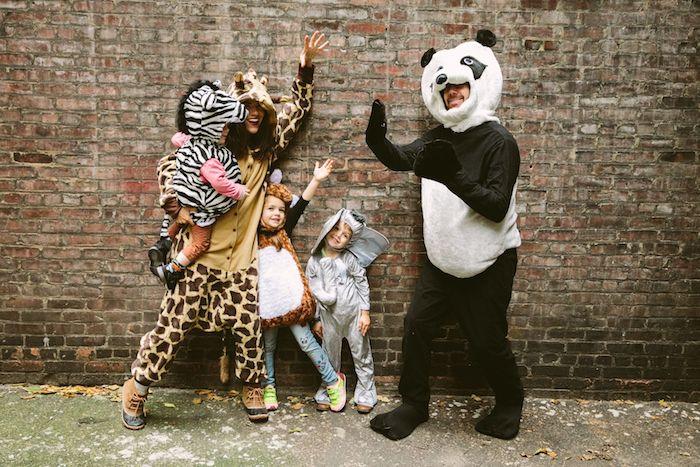 deguisement drole pour la famille avec des costumes d animaux de la savane style safari avec panda giraffe et zebra