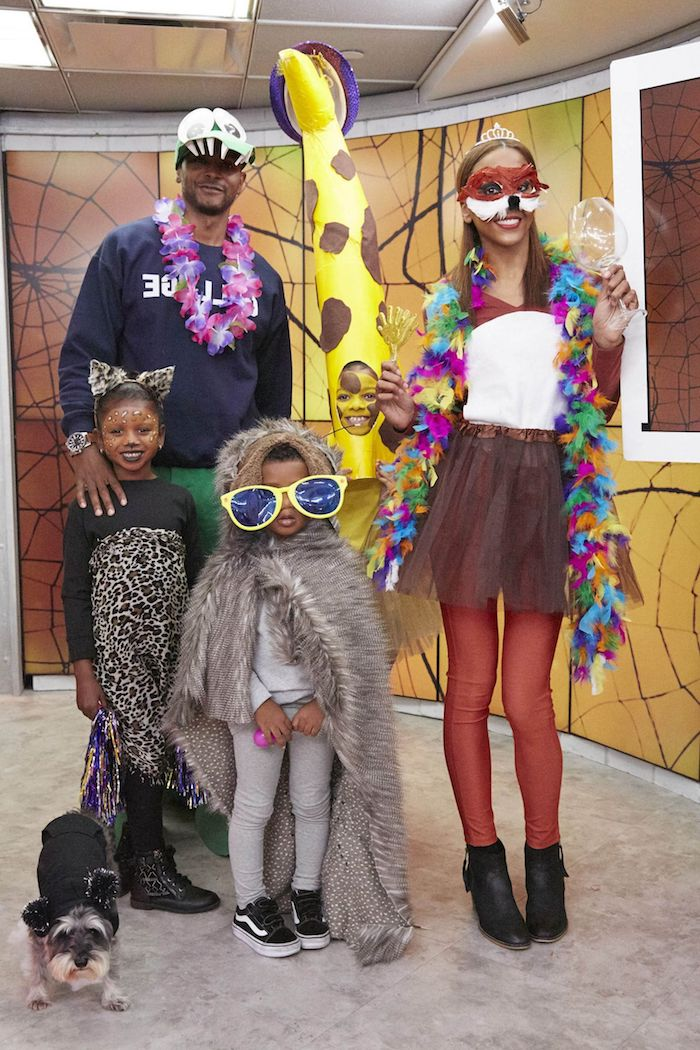 deguisement drole pour la famille comme des animaux de fete party animals des grandes lunettes et guirlandes de fete