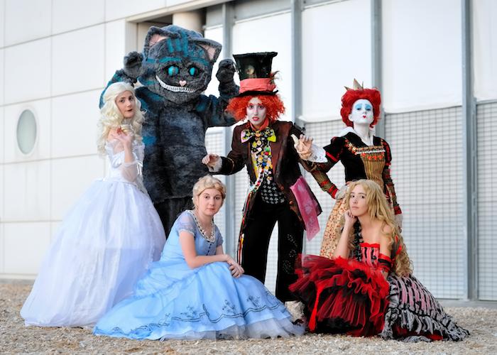 deguisement groupe alice et le pays des merveilles costume de chat des robes longues pour femme et le magicien avec un cylindre