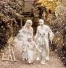 deguisement halloween fait maison momies et maquillage blanc utilisation de papier diy une famille devant grande porte dqns la foret