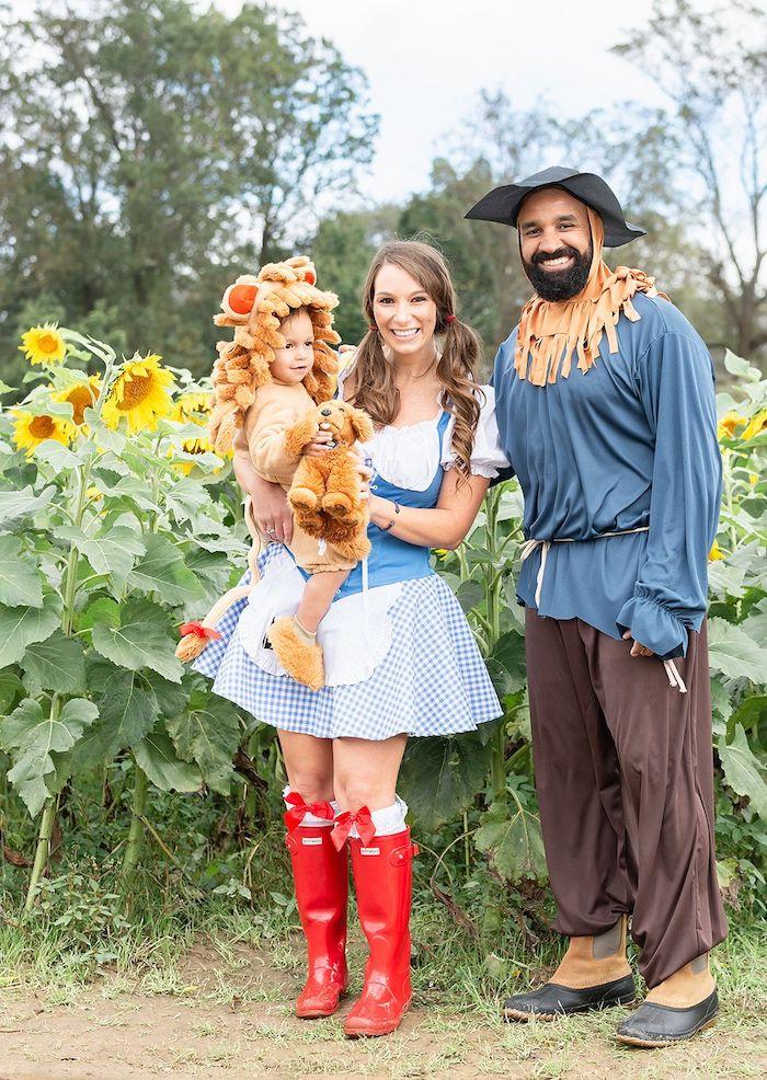 deguisement halloween fait maison une famille deguisee en personnages de magicien d oz des bottes rouges costume de lion