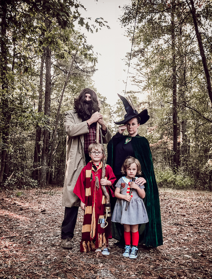 deguisement original en style harry potter une famille dans la foret avec la sorciere le pere avec une barbe longue et deux enfants