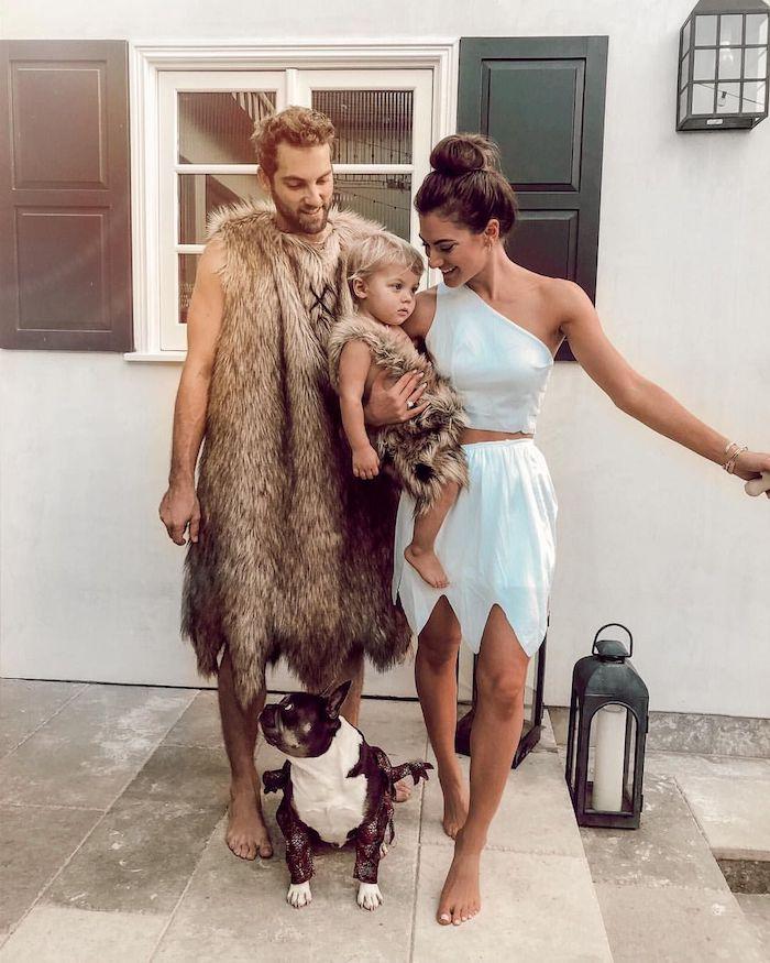 deguisement original pre historique deguisement trio une famille devqnt la maison vetus en fourrure