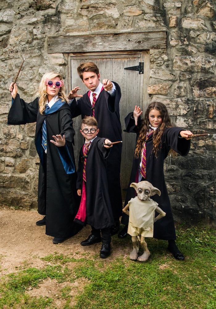 deguisement orinigal pour la famille selon harry potter des robes longues en noir avec des cravattes et un costume d elf facile a trouver