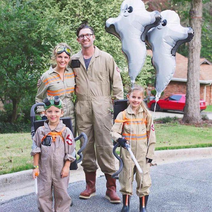 deguisement ridicule chasseurs de fantomes des costumes zippes=deux ballones fantomes en main et deux vaporisateurs