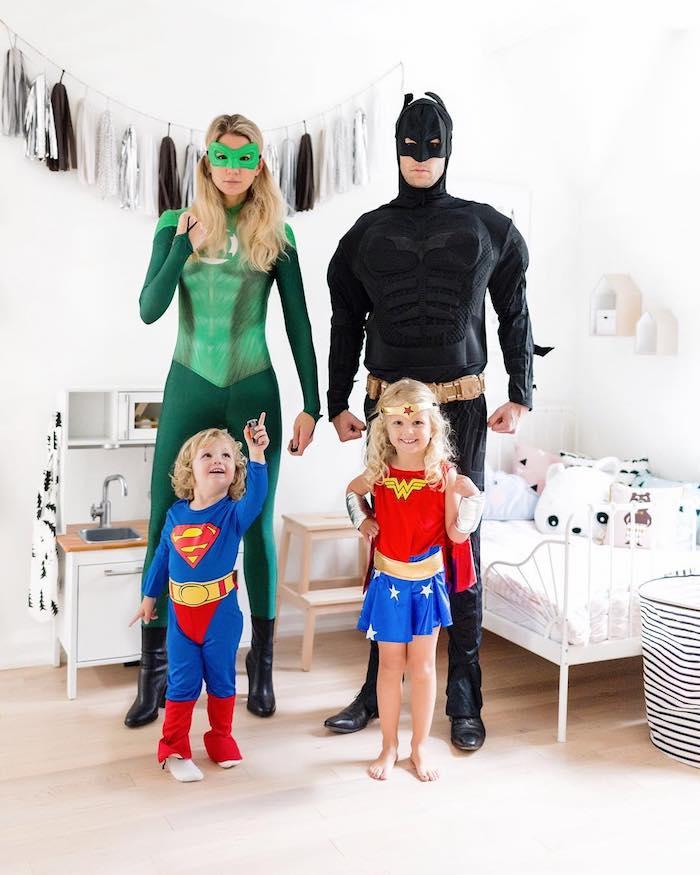 deguisement super heros homme comme battmant enfant comme superman femme en costume vert