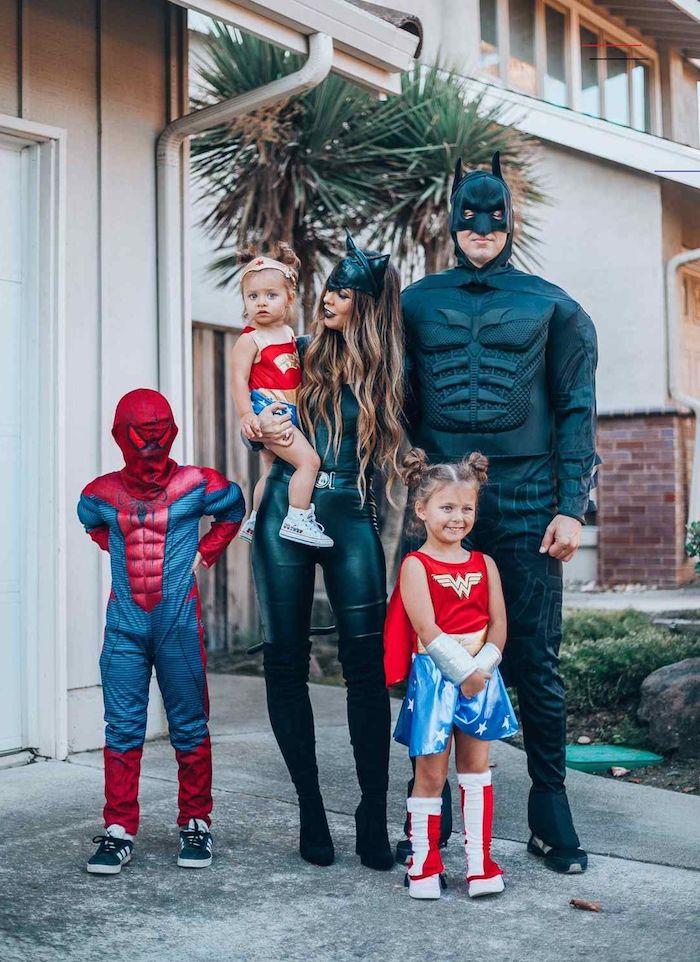 deguisement super heros pour la famille comme spiderman batman et la femmme chat