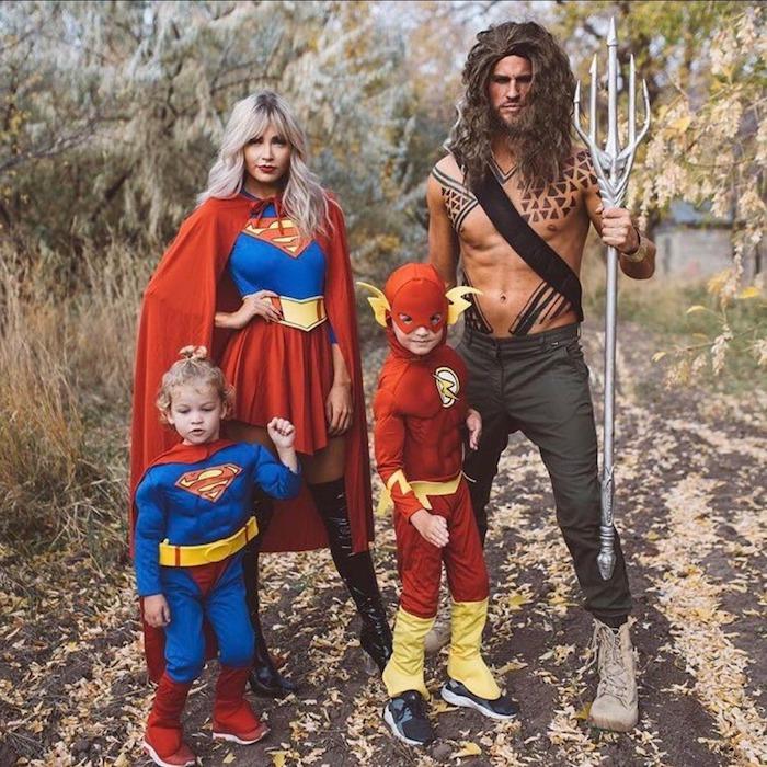 deguisement super heros pour la famille des supermans et un homme vetu comme thanos idee originale