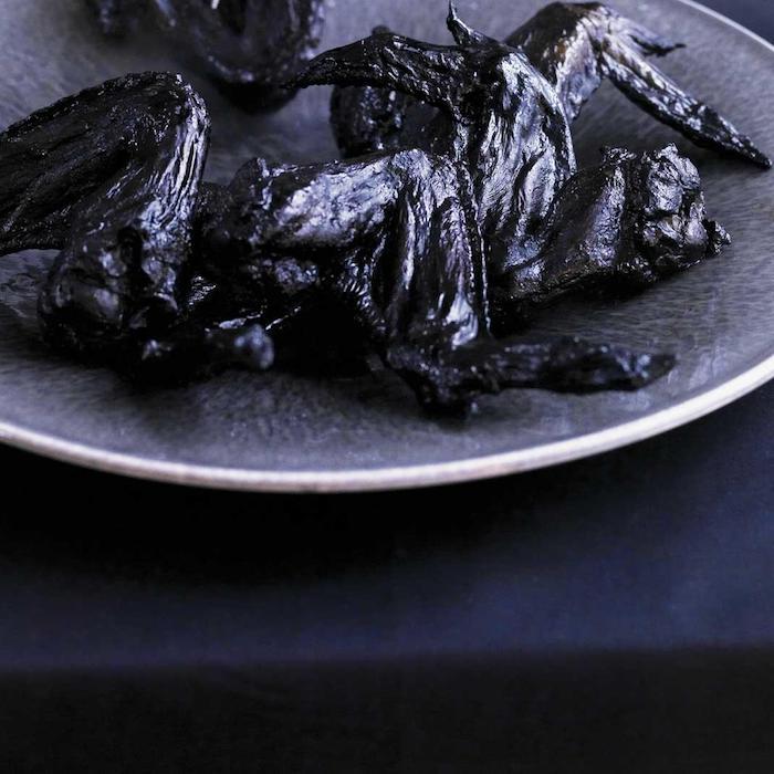 des ailles de poulet grilles commes des chauve souris idee repas halloween effrayante