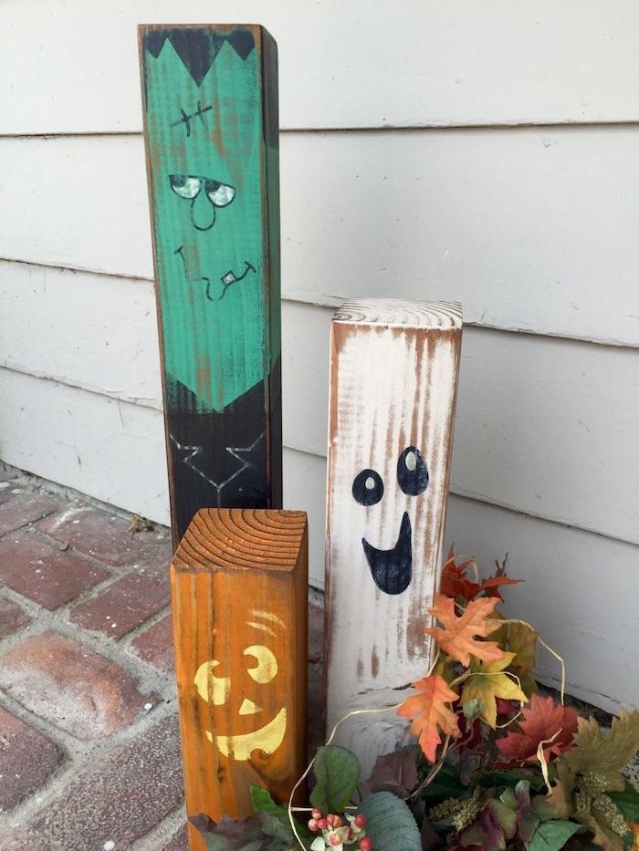 des blocks de bois repeints à motifs halloween fantome jack o lantern frankenstein et feuillages d automne deco halloween facile a faire