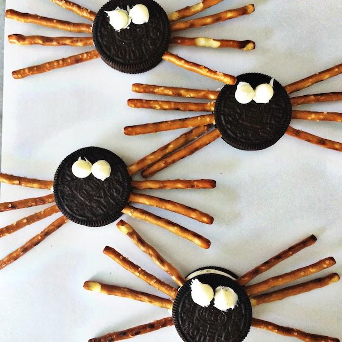 des buscuits oreo transformés en araignées motif halloween à partir de biscuit oreo et des bretzels pour le gouter halloween