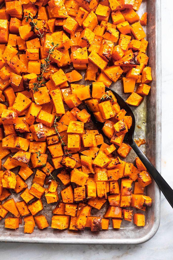 des patates douces en cubes au four avec du romarin idee d entree d automne