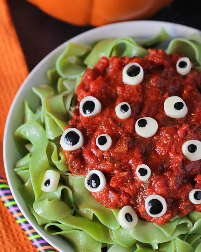 des pates oculaires avec sauce de tomates et mozarella repas d halloween facile a faire