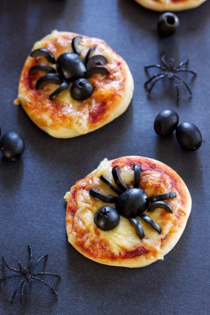 des petits pizzas avec araignee d olives toats halloween facile a faire