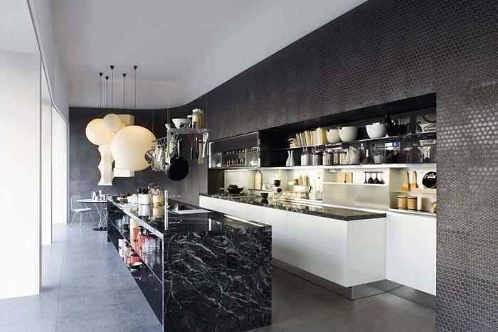 design intérieur style contemporain agencement de cuisine en longueur avec îlot central plan de travail marbre noir