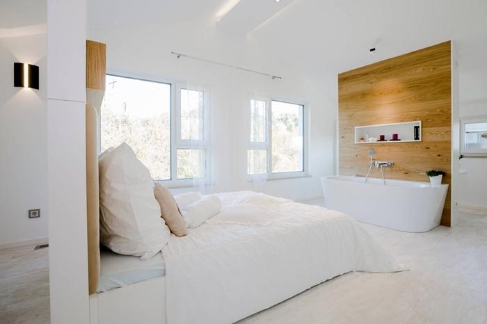 design intérieur style minimaliste décoration chambre avec salle de bain en blanc et bois baignoire rangement niche murale
