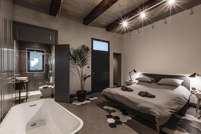 design intérieur style moderne salle de bain ouverte sur chambre baignoire autoportante chambre éclairage led poutres apparentes