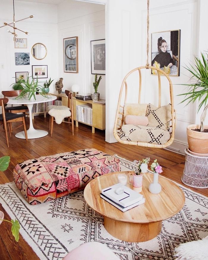 design salon boheme ouvert salle à manger tapis motifs barbère blanc et noir table basse bois chaise oeuf suspendue