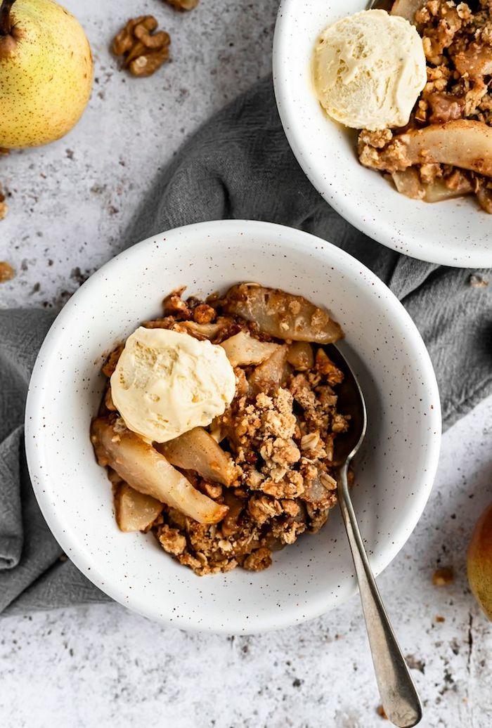 dessert automne hiver original crumble aux poires cannelle et flocons d avoine avec du beurre sirop d erable et de la glace