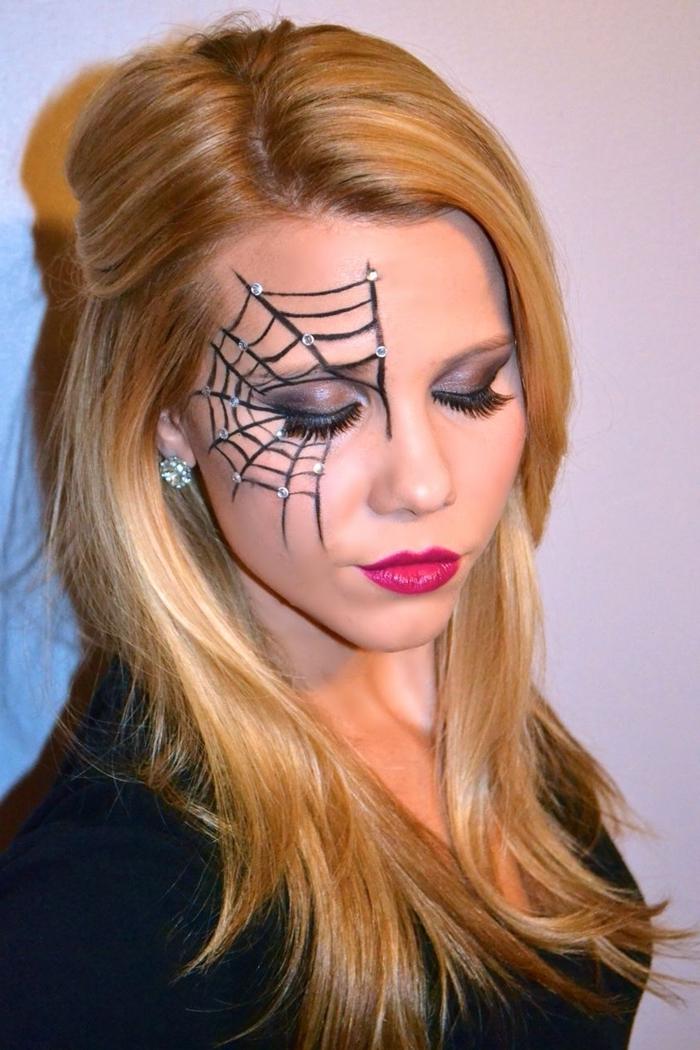 dessin sur visage femme halloween fête deguisement maison maquillage araignée visage facile avec eyeliner strass autocollants
