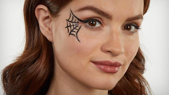 dessin sur visage minimaliste idée de déguisement halloween femme dernière minute maquillage araignée visage facile