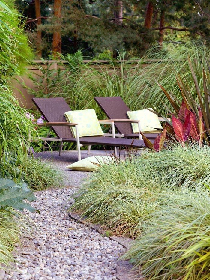 deux chaises longues dans le jardin idee cloture maison devant maison vegetation luxuriante