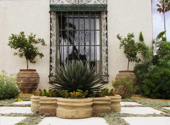 devanture maison mediterane plantation des succulents un grand belle fenetre avec des ornaments