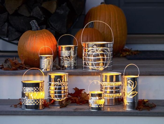 dexo halloween exterieur avec des photophores en boites de conserve recyclées à trous avec motifs halloween