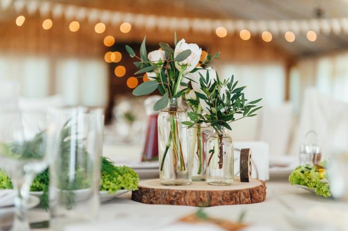 diy déco mariage rond bois et vases de fleurs blanches guirlandes lumineuses inspiration deco table automne a faire soi meme thème automne