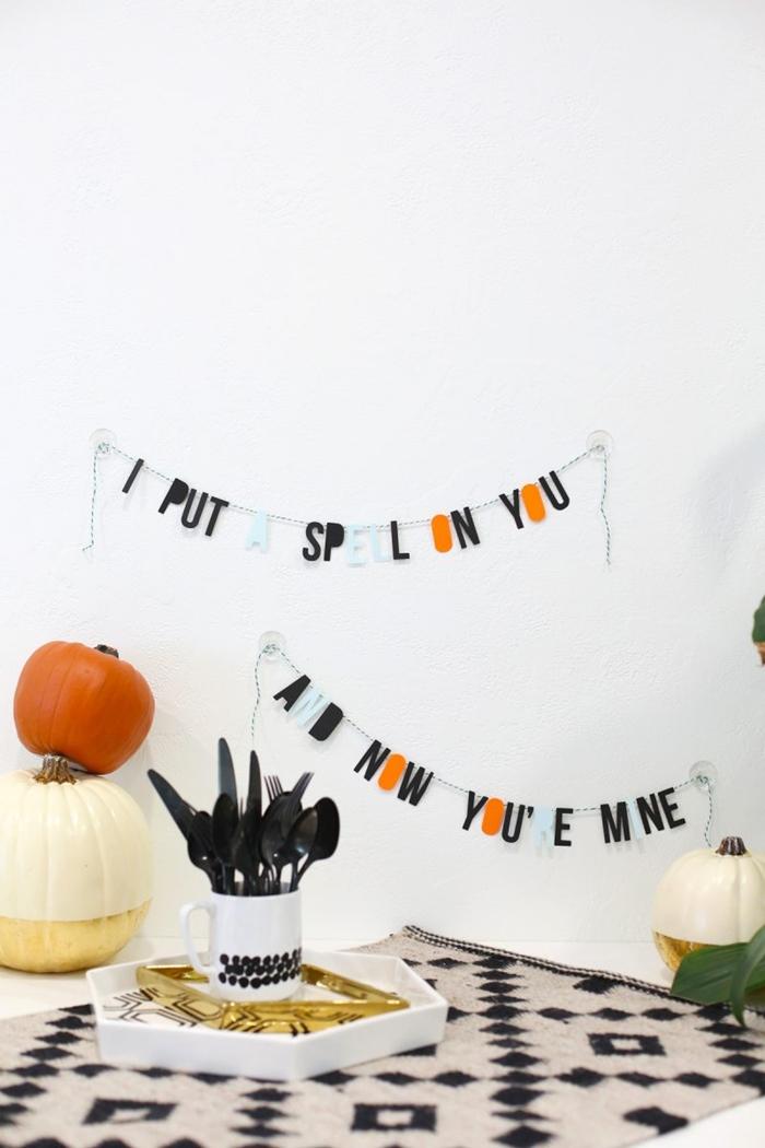 diy guirlande lettres en papier noir et blanc citrouille bricolage halloween facile nappe beige et noir motifs géométriques