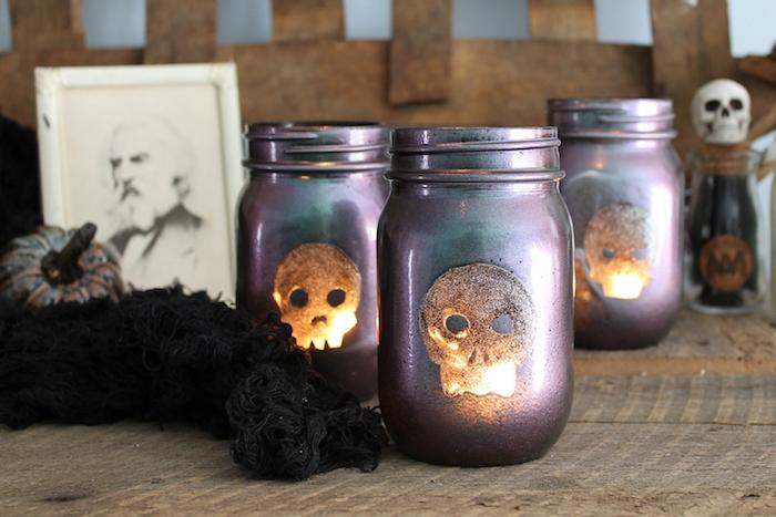 diy halloween decoration en photophores à motifs crane silhouette et peinture couleur violette avec bougie à l intérieur activité manuelle adulte halloween