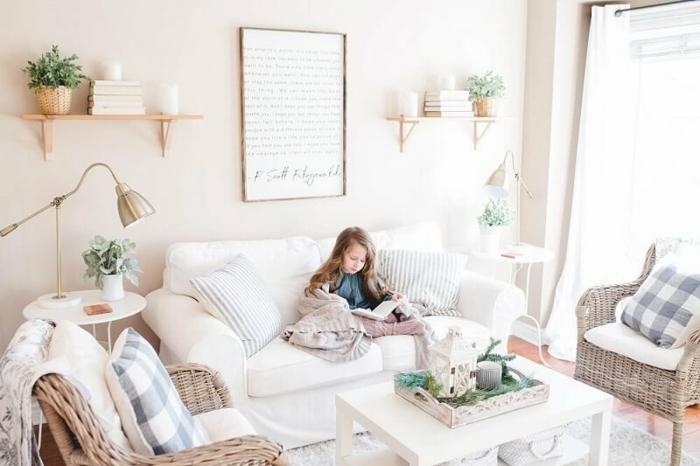 enfant qui lit son livre salon scandinave cocooning deco maison de campagne cosy canapé blanche fauteuils en rotin avec beaucoup de coussins style boheme chic