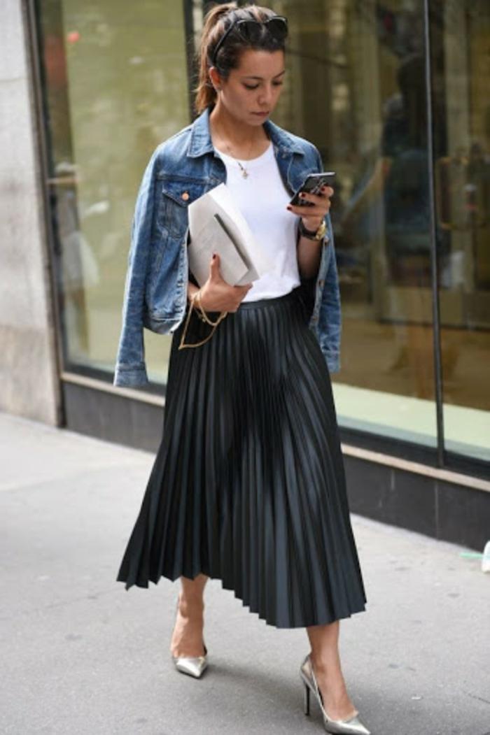 ensemble femme chic t shirt blanche jupe et veste en jean femme bien habillée jupe mi longue plissée noire