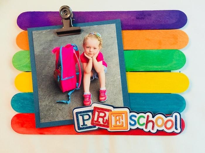 exemple d activité manuelle maternelle première journée d école primaire avec des batonnets de glace colorés et photo enfant