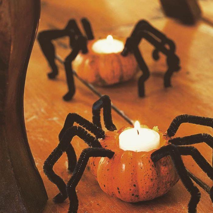 exemple de bougeoir halloween avec bougie dans citrouille creusé motif araignée en cure pipe décoration halloween à fabriquer