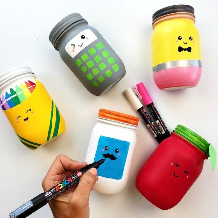 exemple de pots accessoires et fournitures de bureau rangement pot décoré de peinture et motifs kawaii dessinés à stylo feutre