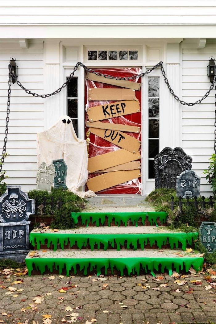 exemple deco porte halloween de carton avec toile d araignée et des tombeaux autour de l entrée deco halloween facile