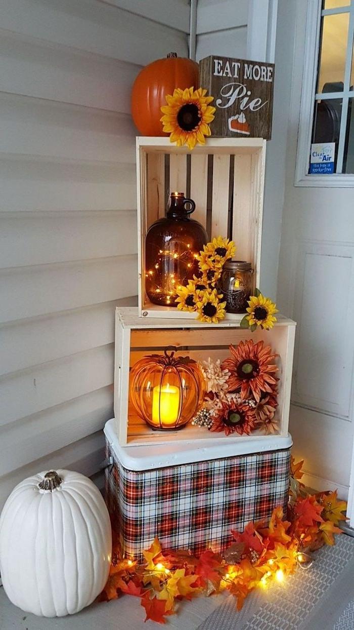 fabriquer deco halloween avec des cagettes de bois blanchies citrouilles deco fleurs et feuilles d automne lanternes